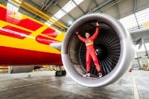 DHL ist Sponsor von Daniel Abt als Fahrer in der Formel E.  Im Hangar des DHL-Hubs Leipzig stellt er den Prototypen sines Rennwagens vor.