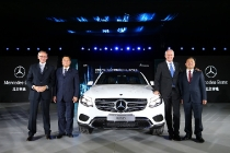 Hubertus Troska (2nd from the right), Member of the Board of Management of Daimler AG responsible for Greater China, Xu Heyi (2nd from the left), Chairman of BAIC Group, Peter Schabert (1st from the left), President and CEO of BBAC and Chen Hongliang, Senior Executive Vice President of BBAC at the ceremony to mark the production start for the All New SUV GLC at Beijing Benz Automotive Co., Ltd. (BBAC) / Hubertus Troska (2.v.r.), Vorstandsmitglied der Daimler AG und zuständig für Greater China, Xu Heyi (2.v.l.), Chairman der BAIC Group, Peter Schabert (1.v.l.), President und CEO von BBAC und Chen Hongliang, Senior Executive Vice President BBAC bei der Feierstunde im chinesischen Produktions-Joint Venture Beijing Benz Automotive Co., Ltd. (BBAC). Dort lief der erste lokal produzierte GLC vom Band.