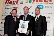 Bei der Preisübergabe, v. l. n. r.: Sean Murtagh (Fleet Publications), Kevin Kealy (Fuso Ireland), Andrew O'Connell (ESB ecars).