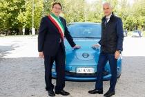 da-sinistra-massimo-cialente-sindaco-dellaquila-e-bruno-mattucci-amministratore-delegato-nissan-italia-1