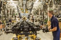Achsen-Montage im Mercedes-Benz Werk Hamburg // Axle production at the Mercedes-Benz plant Hamburg