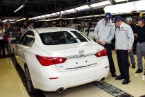 q50_johan_de_nysschen_and_carlos_ghosn_with_all_new_q50_lores