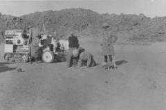 CITROEN_SCARABEE_DOR_TRAVERSEE_SAHARA_1922_ETAPE_DANS_DESERT_AVEC_LA_MASCOTTE_FLOSSIE_M_0