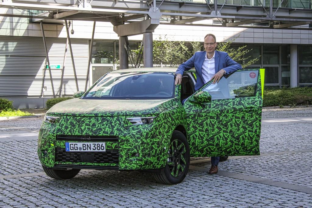 Opel CEO Michael Lohscheller auf Testfahrt mit dem neuen Opel Mokka