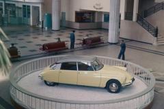 1955, la DS19 esposta nel salone dell'aeroporto di Orly a Parigi