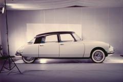 Foto in studio della DS19 di preserie esposta al Salone dell'Auto di Parigi del 1955