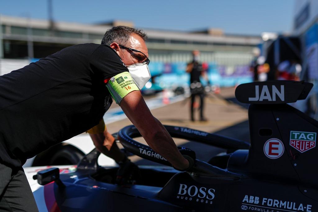 A mechanic pushes Neel Jani's (CHE), Tag Heuer Porsche, Porsche 99x Electric