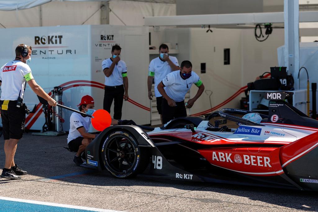 Mechancis attend to Edoardo Mortara (CHE) Venturi, EQ Silver Arrow 01 in the pitlane