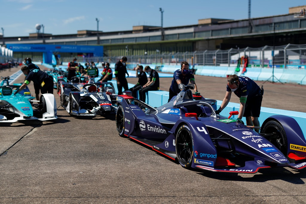 Mechanics push Robin Frijns' (NLD), Envision Virgin Racing, Audi e-tron FE06