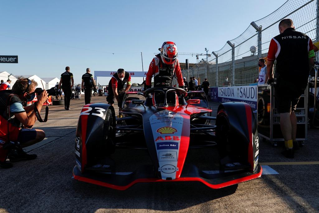 Sébastien Buemi (CHE), Nissan e.Dams, Nissan IMO2 climbs out of his car on the grid