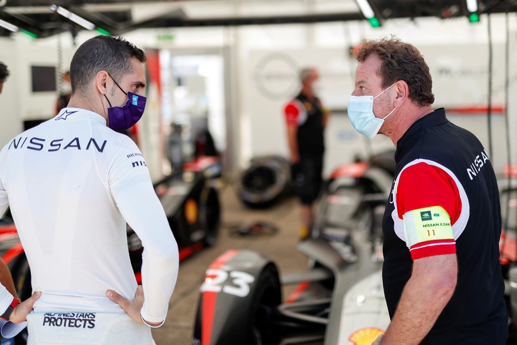 Sébastien Buemi (CHE), Nissan e.Dams chats with a member of the team in the garage