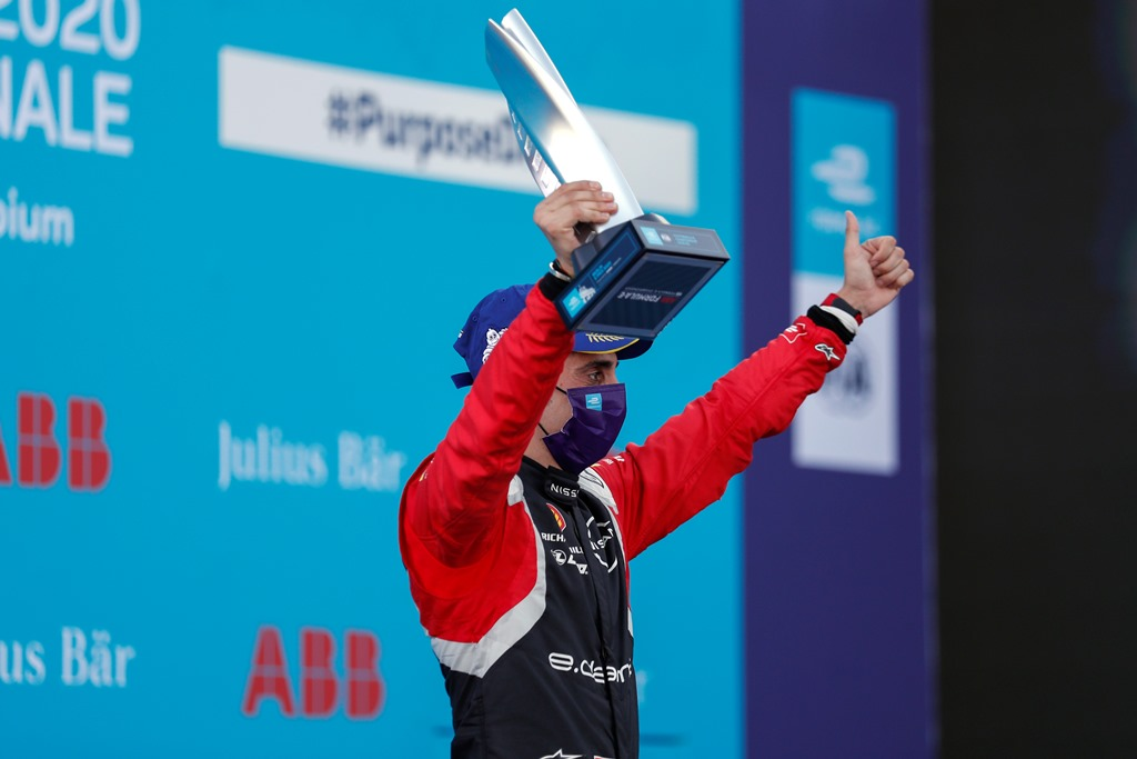 Sébastien Buemi (CHE), Nissan e.Dams, 2nd position, with his trophy