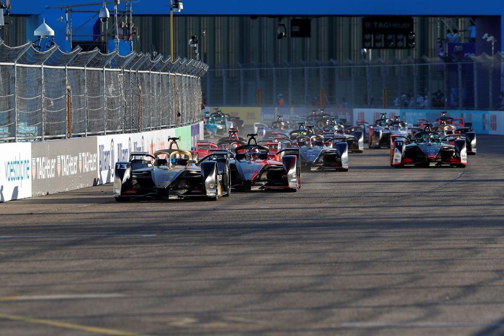 Antonio Félix da Costa (PRT), DS Techeetah, DS E-Tense FE20 leads the field away at the start
