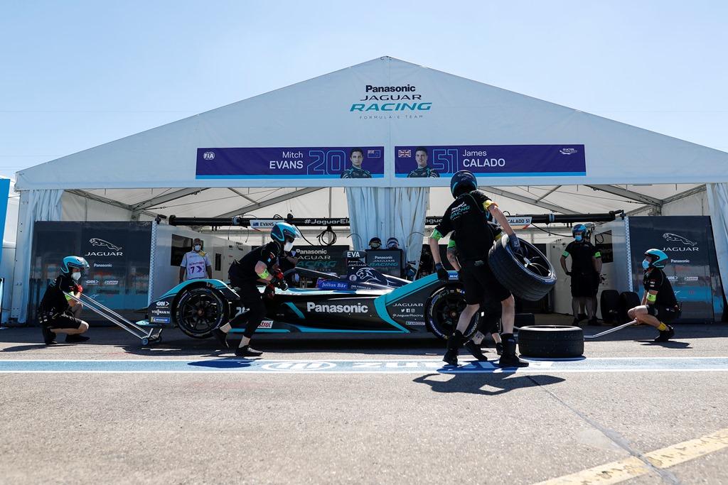Mitch Evans (NZL), Panasonic Jaguar Racing, Jaguar I-Type 4 makes a pitstop