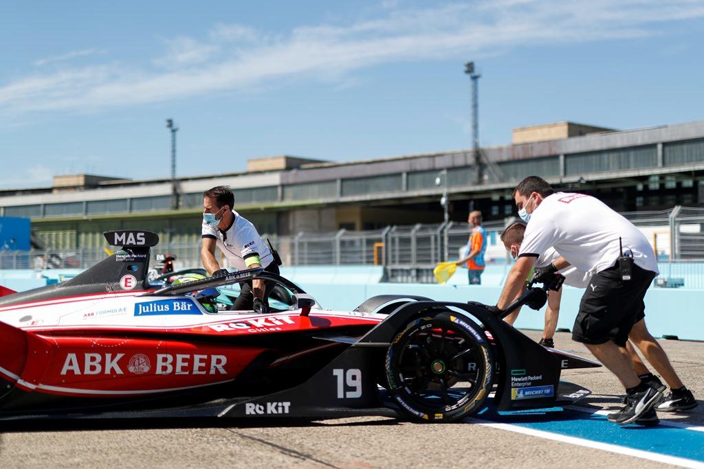 Mechanics push Felipe Massa (BRA), Venturi, EQ Silver Arrow 01 back into the garage