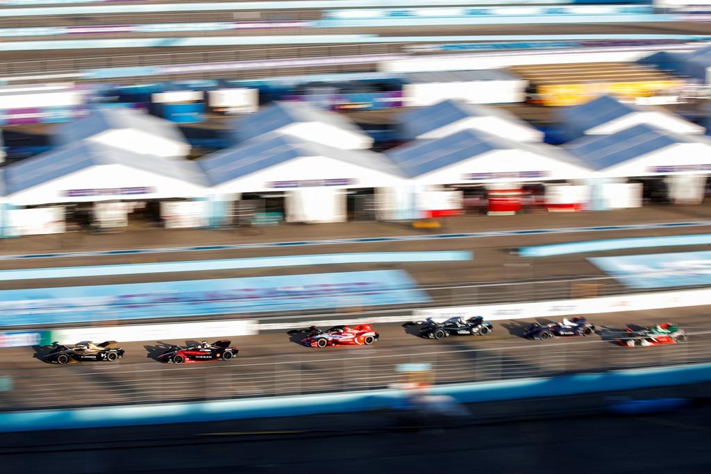 Antonio Félix da Costa (PRT), DS Techeetah, DS E-Tense FE20 heads a group of cars