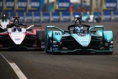 James Calado (GBR), Panasonic Jaguar Racing, Jaguar I-Type 4 leads Edoardo Mortara (CHE) Venturi, EQ Silver Arrow 01