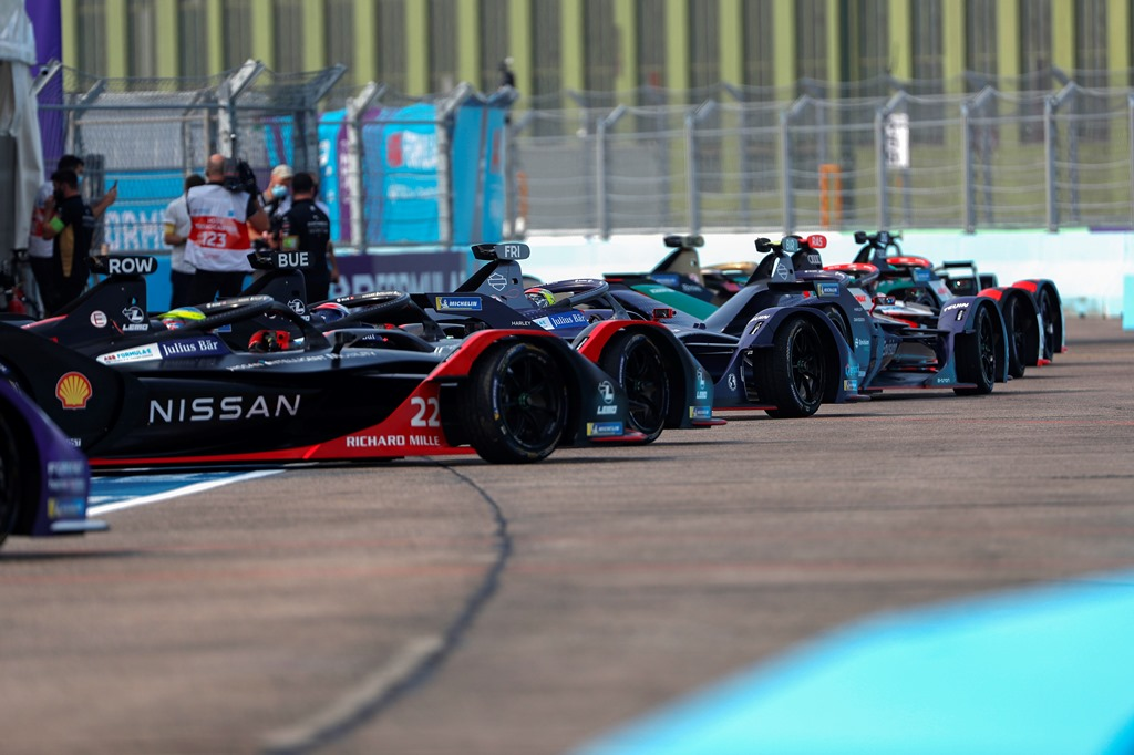 Oliver Rowland (GBR), Nissan e.Dams, Nissan IMO2 and Sébastien Buemi (CHE), Nissan e.Dams, Nissan IMO2 follow the retires of the cars out into the pitlane