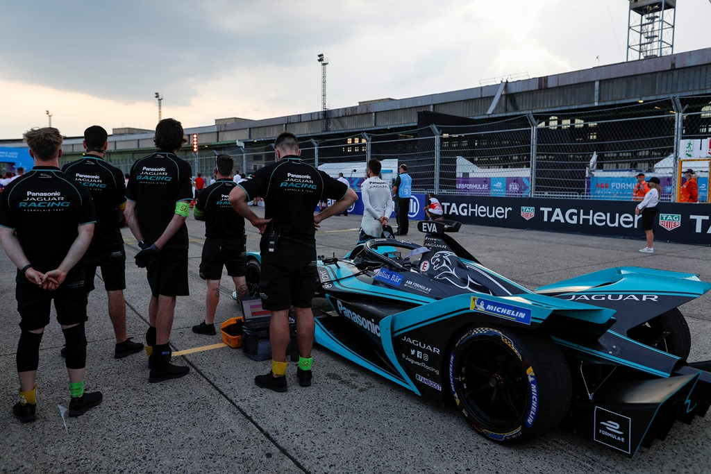 Mitch Evans (NZL), Panasonic Jaguar Racing and his team observe a moment of silence before the race