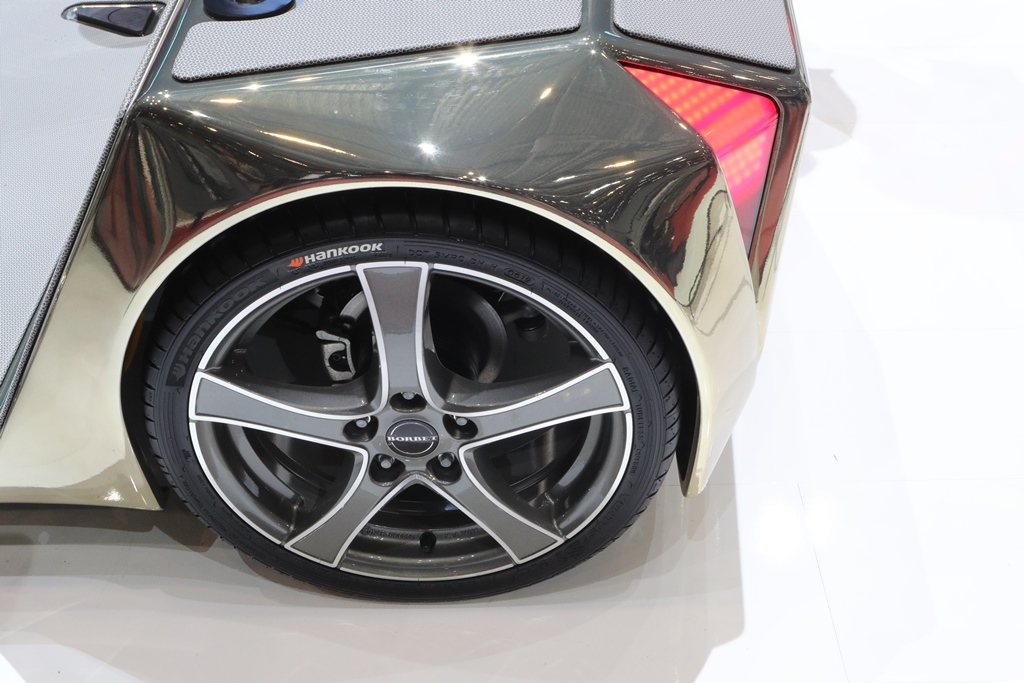 """Premium tyre maker Hankook officially equips the visionary vehicle system """"microSNAP"""" by Rinspeed with a tyre from its Flagship-UHP Ventus S1 evo line in the size 195/40R17."""