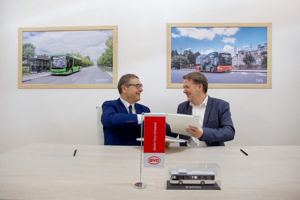 From-left-to-right-Javier-Contijoch-Vice-President-of-Sales-at-BYD-Europe-Ole-Engebret-Haugen-CEO-at-Vy-Buss