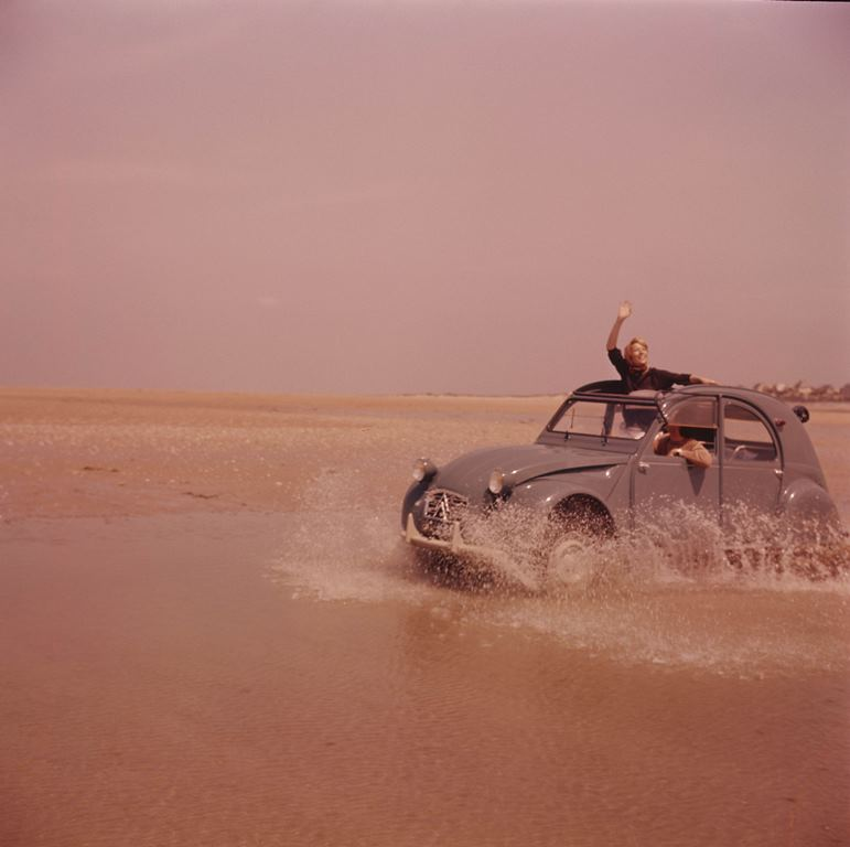 2CV in corsa sulla sabbia