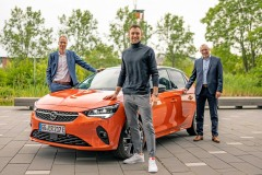 Niklas Kaul (mitte) mit Michael Loscheller (li.) und Andreas Marx, beide Opel Automobile GmbH