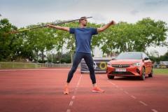 Niklas Kaul mit dem Opel Corsa-e