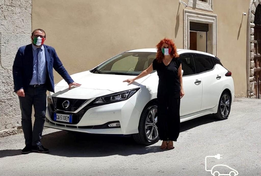 nissan_l-aquila_electric_motor_news_06_sindaco-dell-aquila-pierluigi-biondi-e-carla-mannetti-assessore-mobilit-e-trasporti-del-comune-dell-aquila