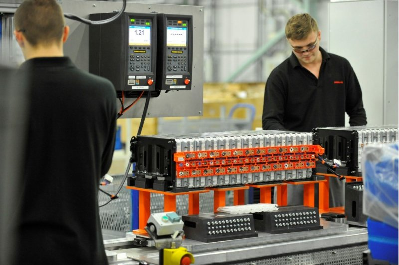 lithium-ion-cell-and-battery-pack-assembly-for-nissan-leaf-electric-car-in-sunderland-u-k-plant_100543634_l