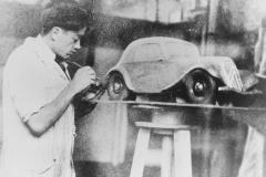 Flaminio Bertoni al lavoro su una maquette della Traction Avant