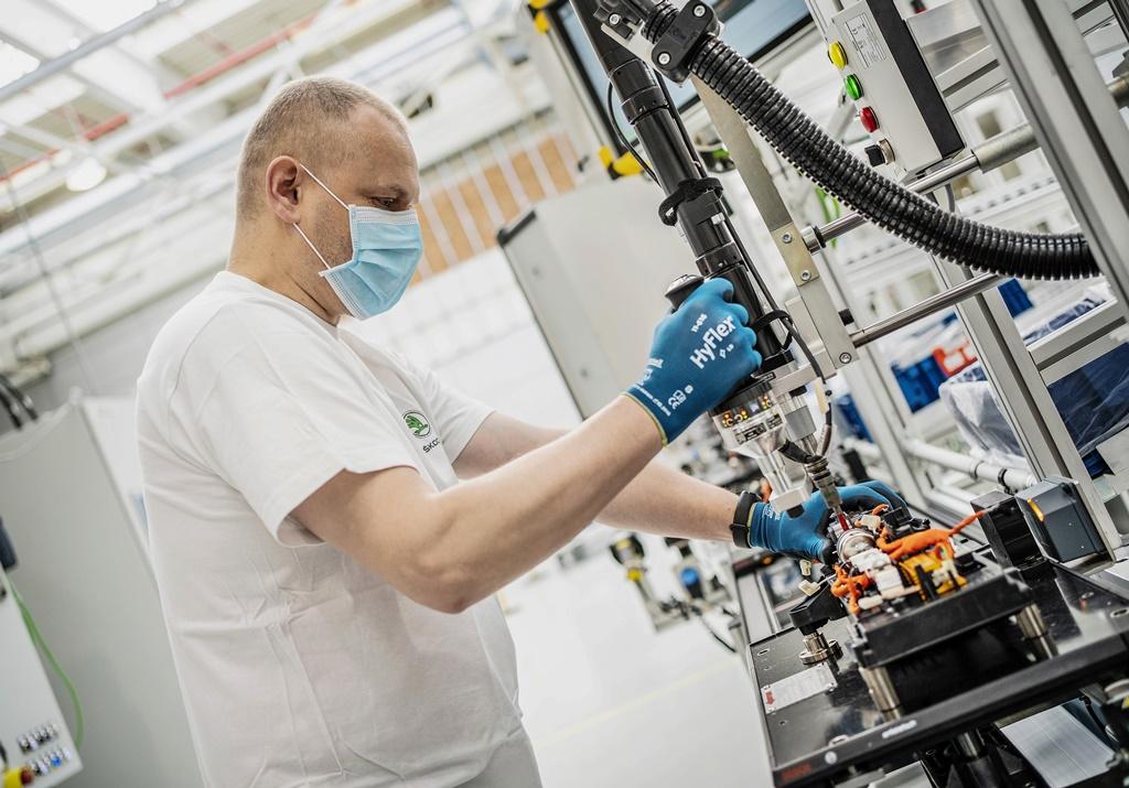 Zaměstnanci automobilky Škoda Auto zahájili 20. dubna na lince na výrobu baterií  v Mladé Boleslavi výrobu za přísných opatření proti šíření nákazy covid-19. Všichni pracovníci pracují v rouškách a dodržují bezpečné odstupy.
