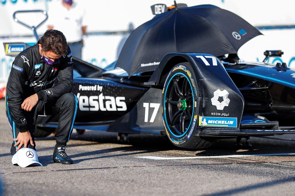 Nyck De Vries (NLD), Mercedes Benz EQ takes the knee on the grid before the start