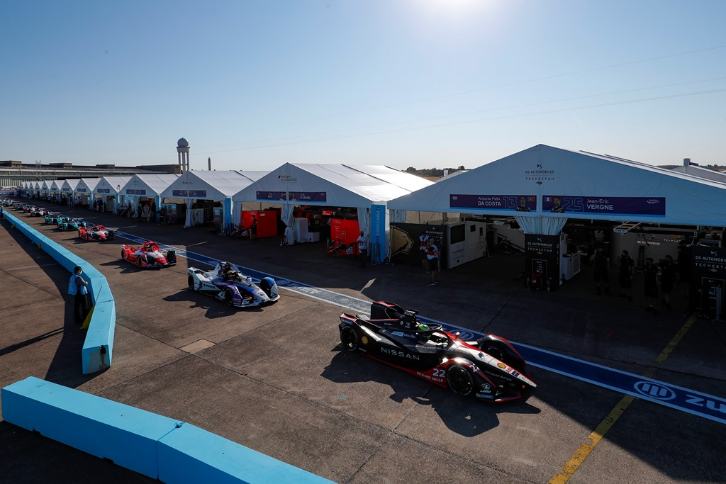 Oliver Rowland (GBR), Nissan e.Dams, Nissan IMO2 leads the cars out of the pits