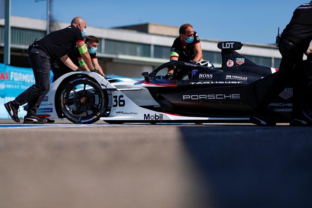 Mechanics push Andre Lotterer (DEU), Tag Heuer Porsche, Porsche 99x Electric back into the garage