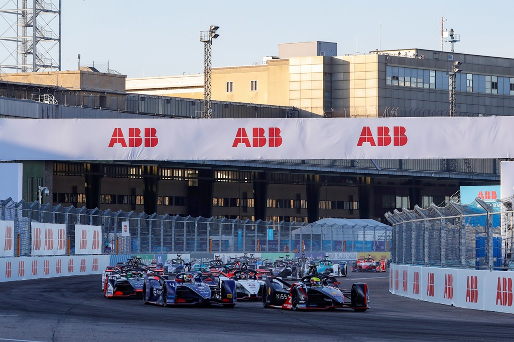 Oliver Rowland (GBR), Nissan e.Dams, Nissan IMO2 and Robin Frijns (NLD), Envision Virgin Racing, Audi e-tron FE06 lead the field away at the start
