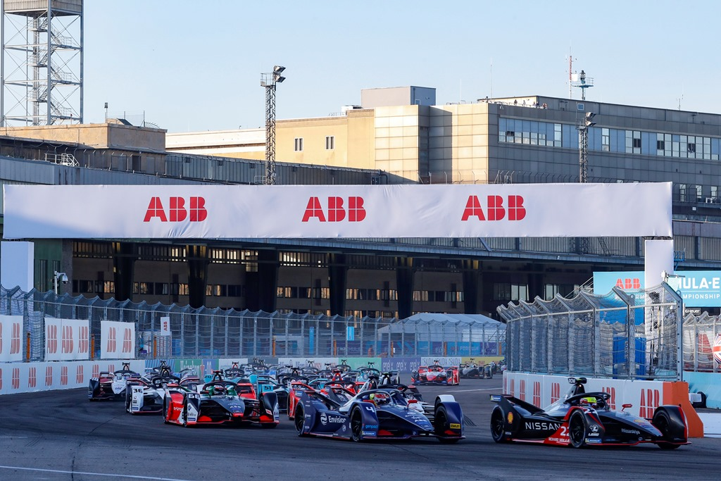 Oliver Rowland (GBR), Nissan e.Dams, Nissan IMO2 leads Robin Frijns (NLD), Envision Virgin Racing, Audi e-tron FE06 at the start