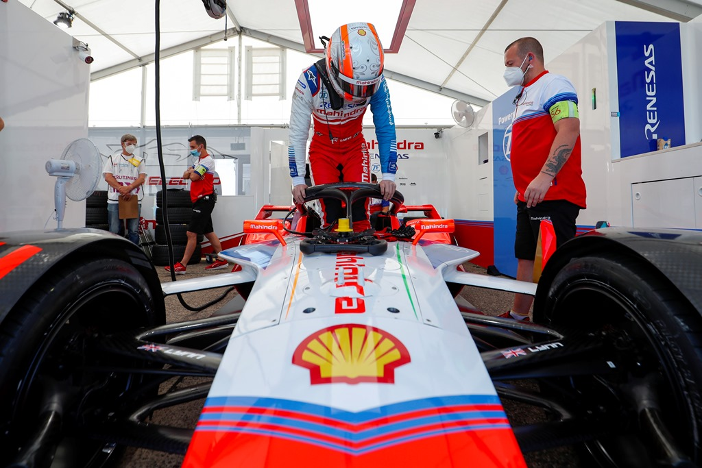 Alex Lynn (GBR), Mahindra Racing, M6Electro climbs into his car in the garage