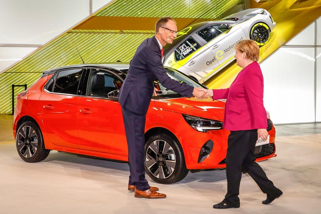 2019-Opel-IAA-Frankfurt-Angela-Merkel-Michael-Lohscheller-Corsa-e-508773