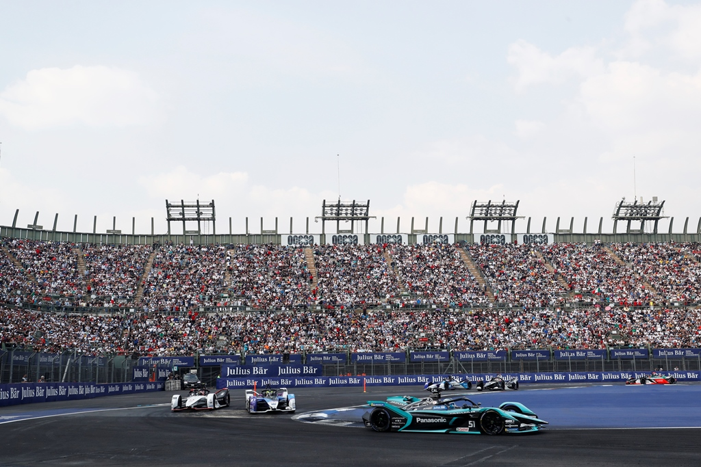 James Calado (GBR), Panasonic Jaguar Racing, Jaguar I-Type 4 leads Alexander Sims (GBR) BMW I Andretti Motorsports, BMW iFE.20 and Neel Jani (CHE), Tag Heuer Porsche, Porsche 99x Electric