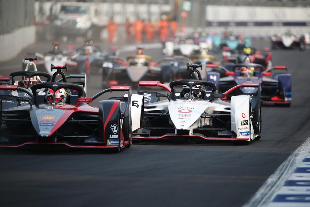 Sébastien Buemi (CHE), Nissan e.Dams, Nissan IMO2 leads Andre Lotterer (DEU), Tag Heuer Porsche, Porsche 99x Electric