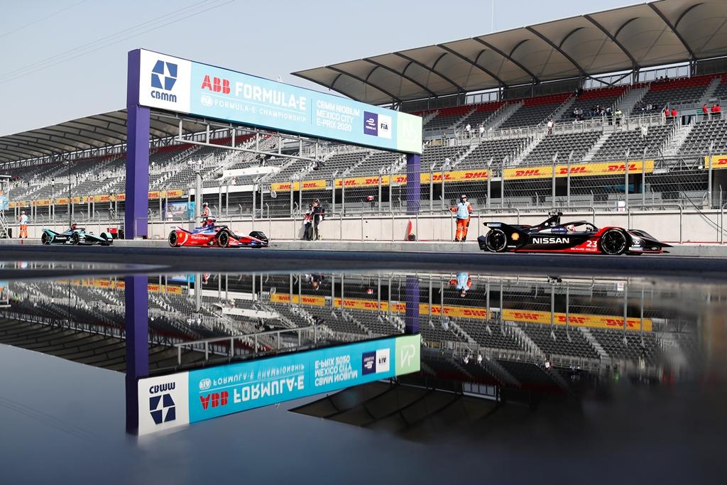 Sébastien Buemi (CHE), Nissan e.Dams, Nissan IMO2 leads Pascal Wehrlein (DEU), Mahindra Racing, M6Electro and Mitch Evans (NZL), Panasonic Jaguar Racing, Jaguar I-Type 4