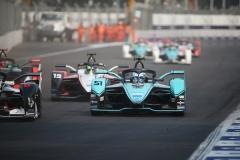 James Calado (GBR), Panasonic Jaguar Racing, Jaguar I-Type 4 leads Felipe Massa (BRA), Venturi, EQ Silver Arrow 01