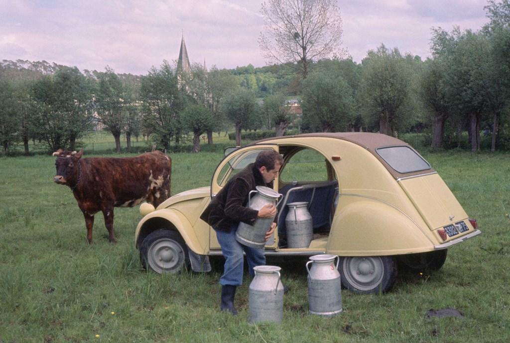 Una-2CV-del-1963-per-il-trasporto-del-latte