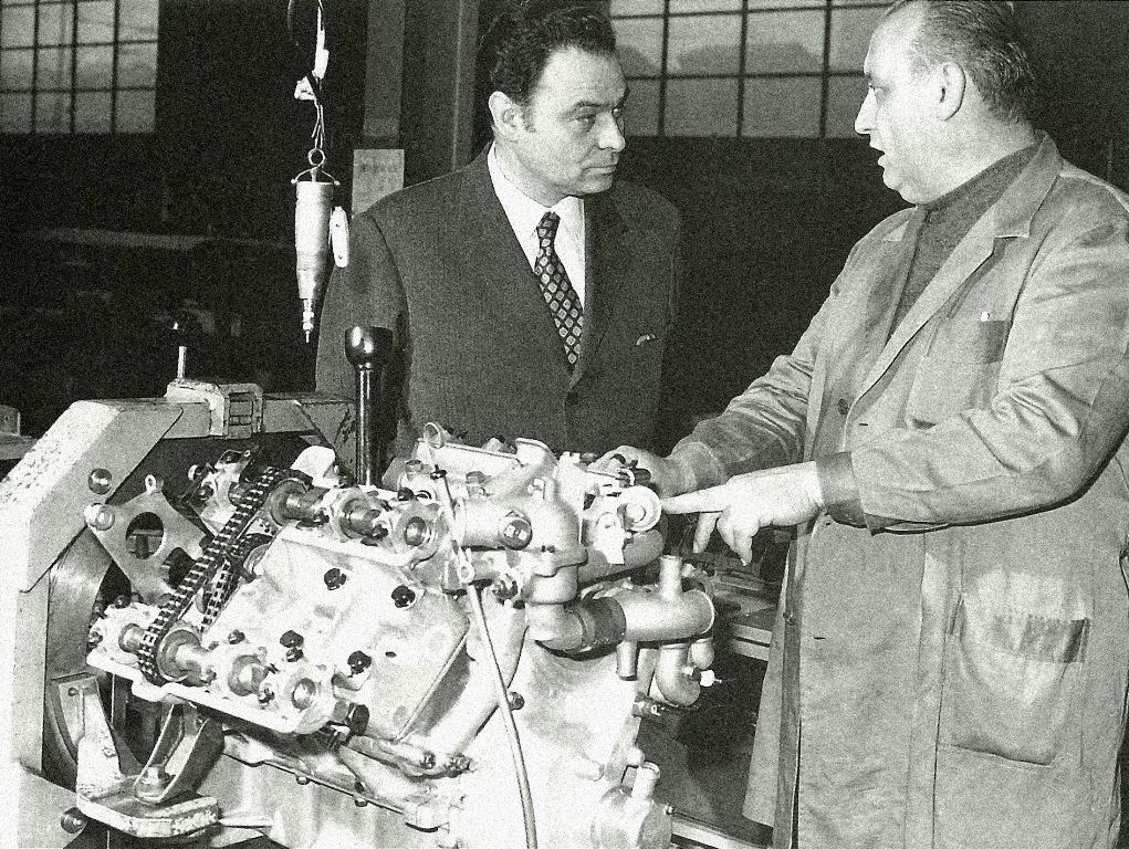 Lingegner-Giulio-Alfieri-con-un-tecnico-accanto-al-motore-Maserati-della-SM-montato-al-banco-dinamometrico