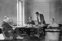 Andre-Citroen-a-sinistra-al-lavoro-nel-suo-ufficio-negli-anni-20