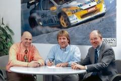 20-Joachim-Winkelhock-bei-der-Vertragsunterzeichnung-mit-Opel-2000-55484
