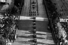 De-Gaulle-in-parata-sui-boulevard-parigini