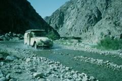 Una-furgonetta-2CV-AZU-in-corsa-nel-greto-di-un-fiume-1961