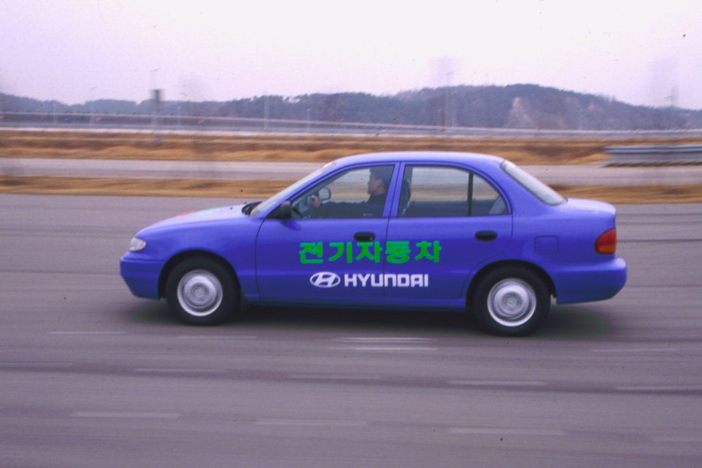 Hyundai_Accent_EV_Driving_2
